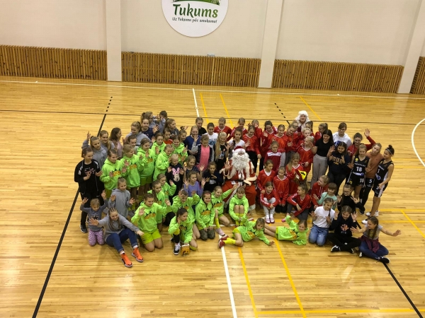 U12 basketbolistes pirmās Ziemassvētku Baltajā kausā Tukumā